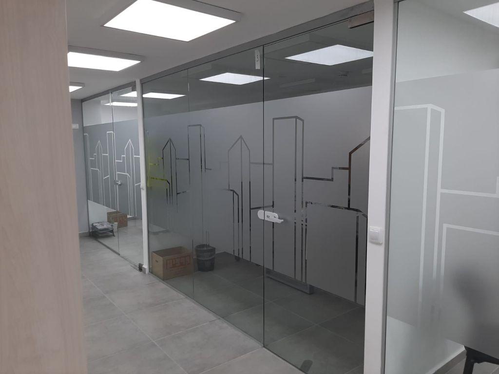 דלתות זכוכית עם מדבקות פלוטר