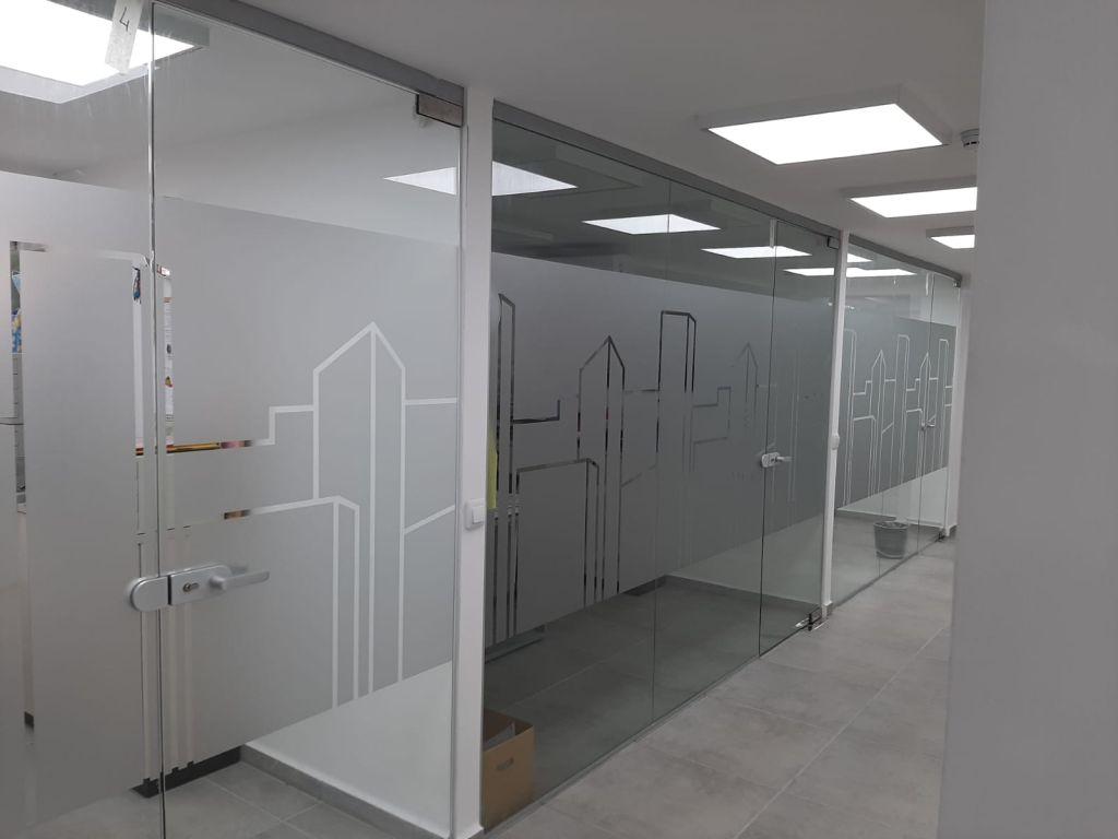 דלתות משרד עם מדבקות פלוטר