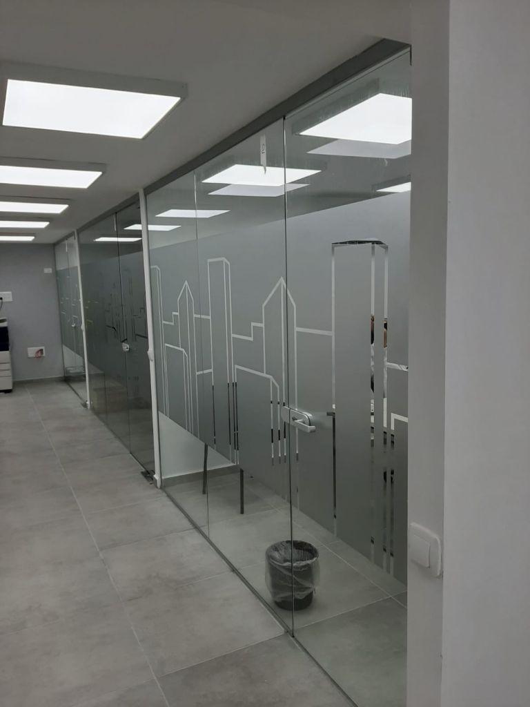 דלתות משרד עם מדבקות